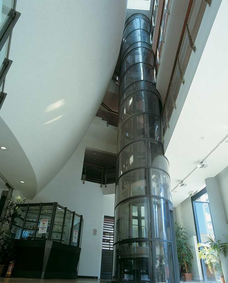 Ascensore di forma cilindrica installato all'intero del teatro Ambra Jovinelli a Roma